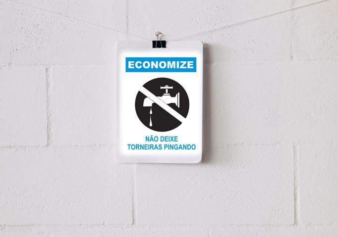 Aviso na parede sobre economizar água