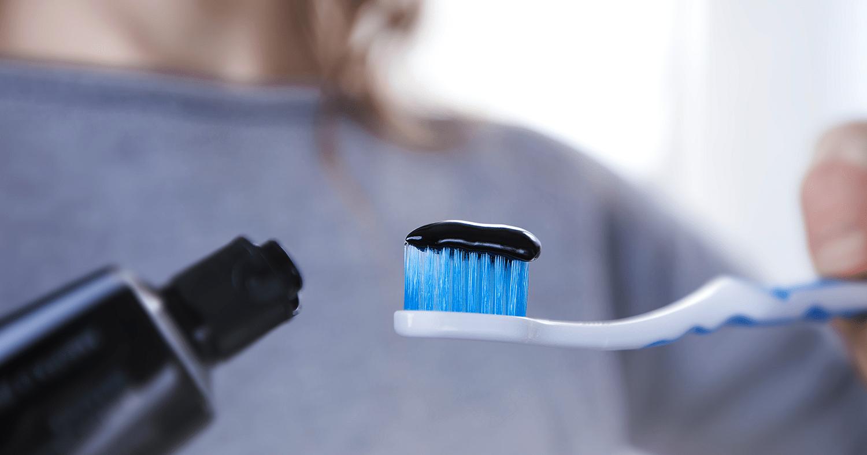 Principais danos que o uso do carvão no clareamento dental